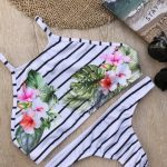 bikini con rayas y flores verano 2018 Compañia del Sol