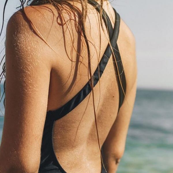 traje de baño negro espalda descubierta