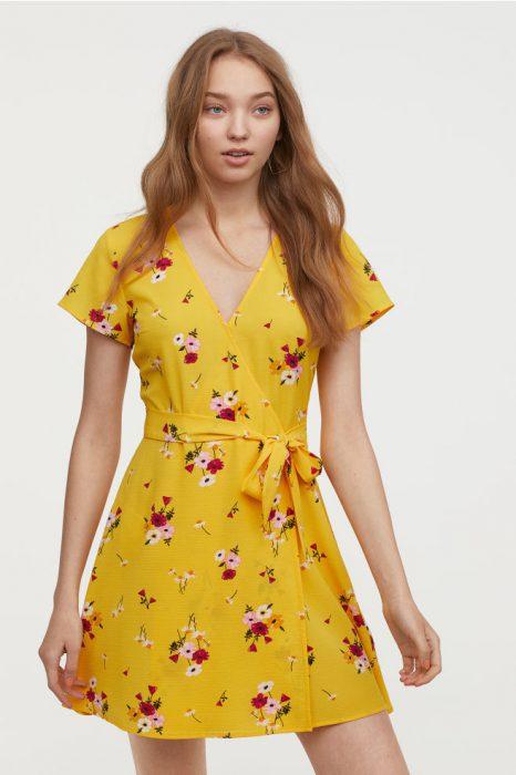 Vestido cruzado amarillo con flores para la playas de H&M