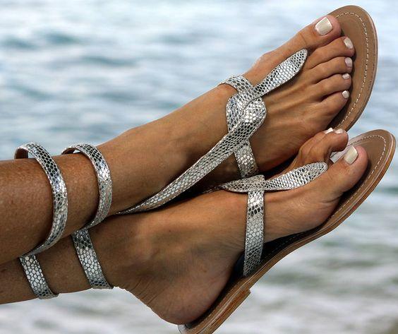sandalias plateadas playa