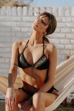 bikini negra y dorada verano 2021 Maria Lolgi
